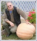 Karol Kováč z Rakovnice so svojím tohtoročným pestovateľským unikátom - 54 kg tekvicou
